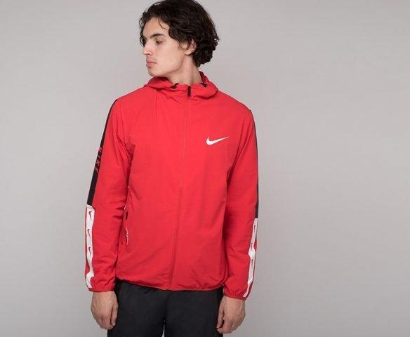Красная ветровка Nike